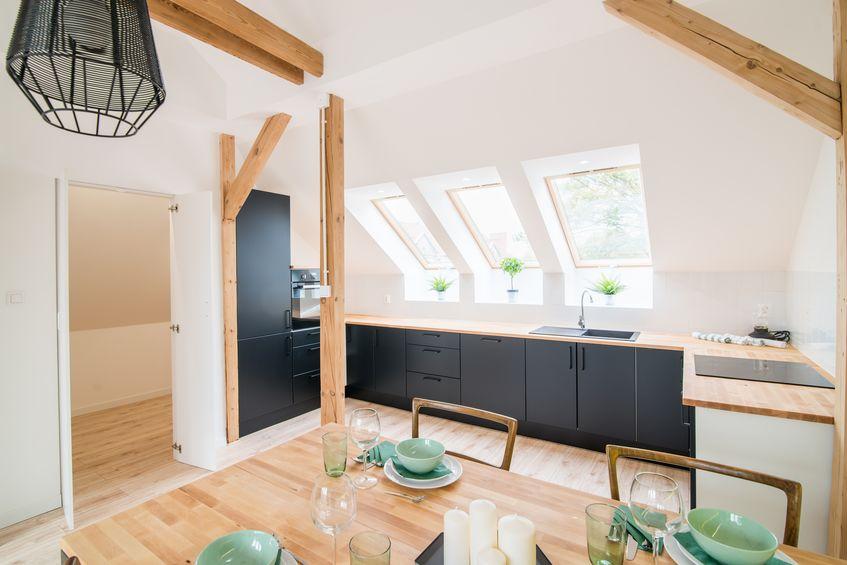 Cucina in mansarda: sfrutta la luce naturale delle finestre sul tetto