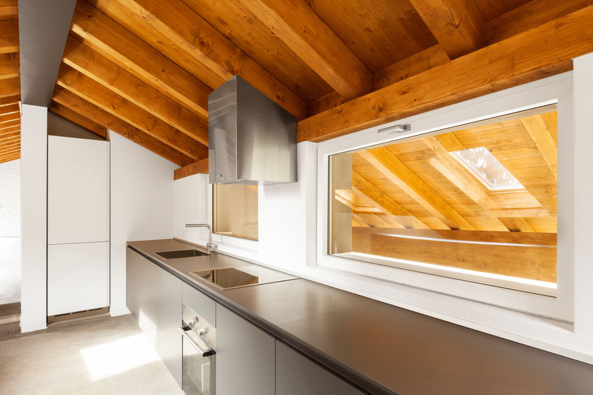 Cucina in mansarda senza pensili