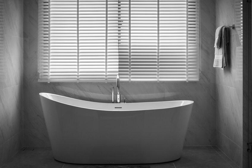 Tende moderne in bagno: veneziana in bianco