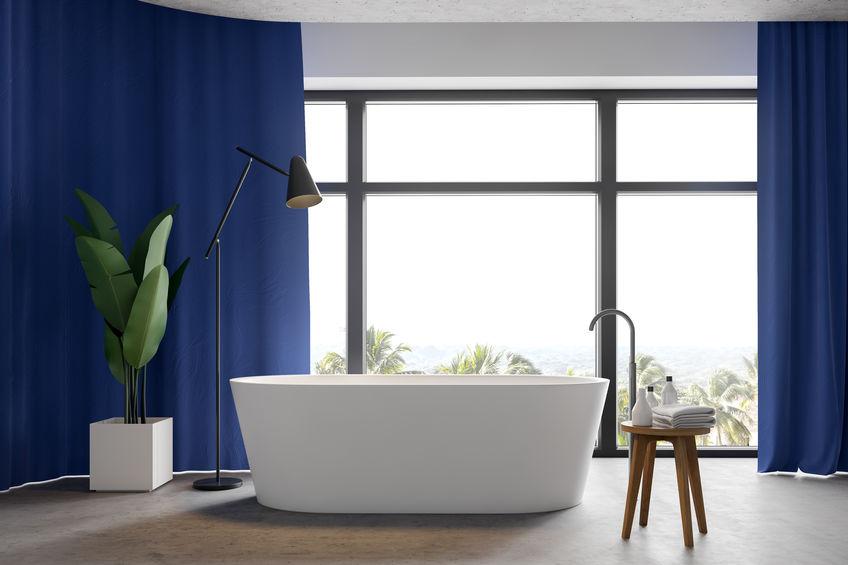 Tende in bagno: moderni tessuti monocromi a tutt'altezza