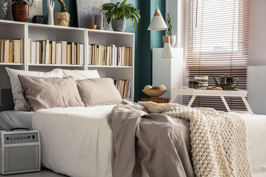 Camera da letto: testiera attrezzata per una libreria