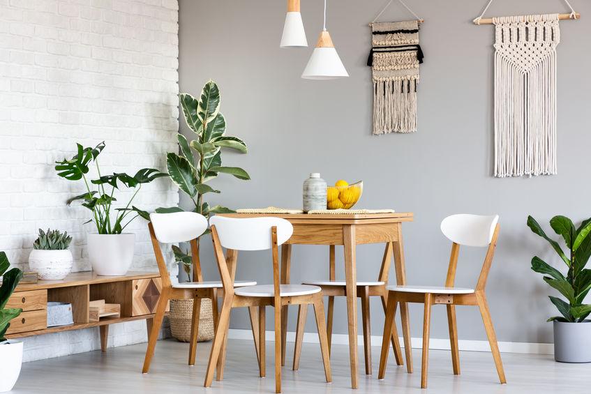 Sala da pranzo accogliente con mattoni bianchi a vista