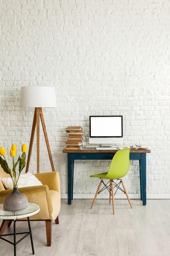 Workspace: distinto con parete in mattoni bianchi