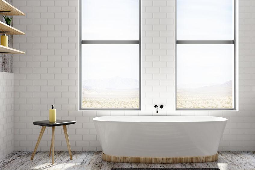 Parete di mattoni bianchi in un bagno glamour chic