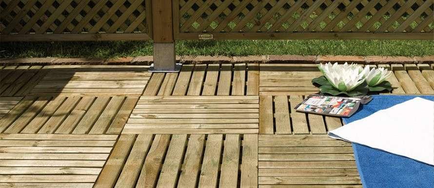 mattonelle in legno per giardino