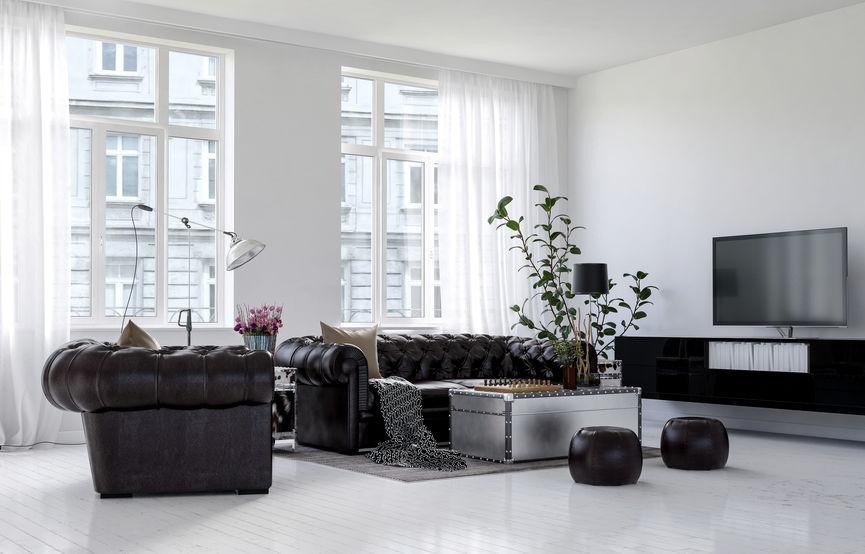 soggiorno con divani e pouf in pelle