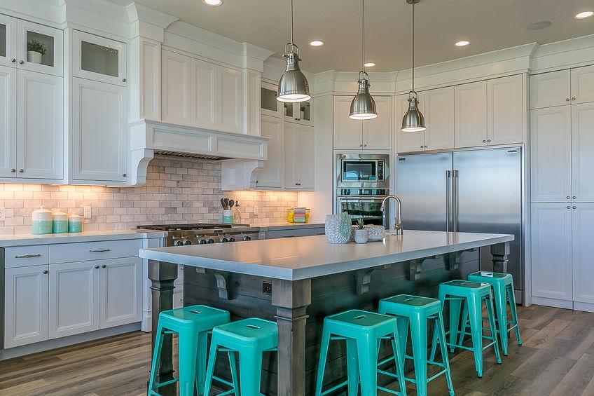 Sgabelli in metallo: colorati nell'isola in cucina