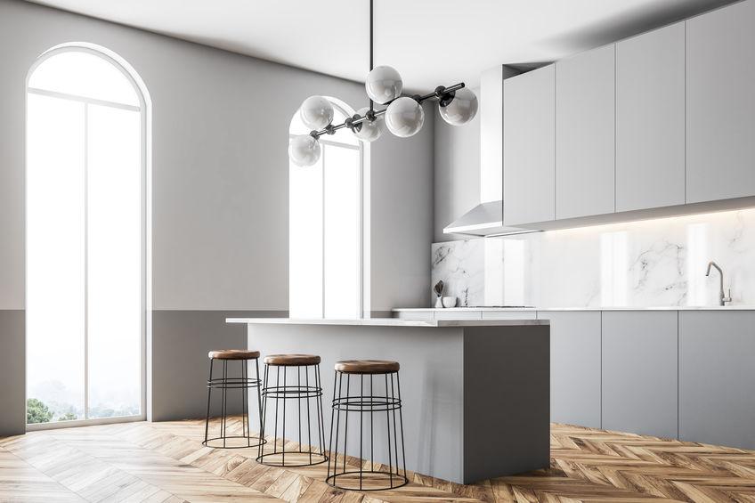 Isola in cucina: sgabelli in legno e metallo