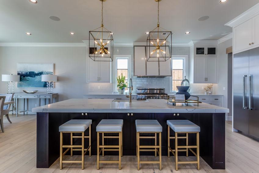 Metallo e pelle: sgabelli eleganti in cucina
