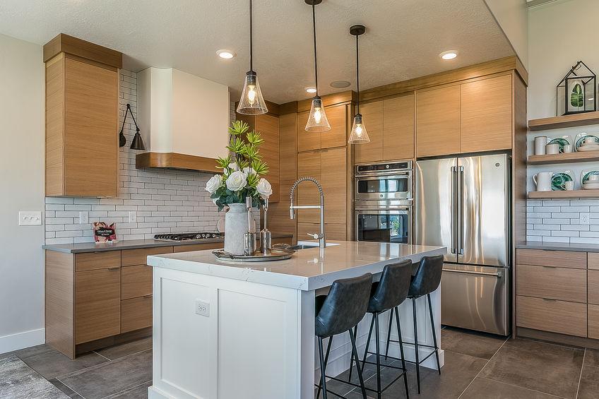 Metallo e pelle: sgabelli eleganti per l'isola in cucina