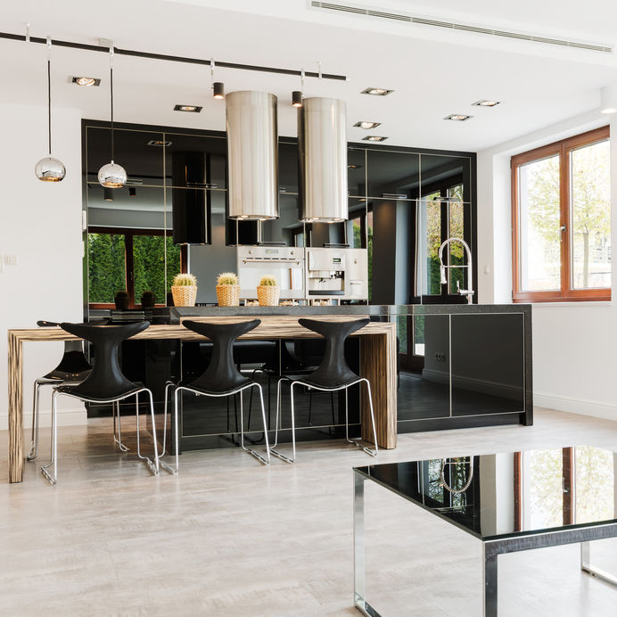 Isola in cucina: sgabelli in metallo e policarbonato