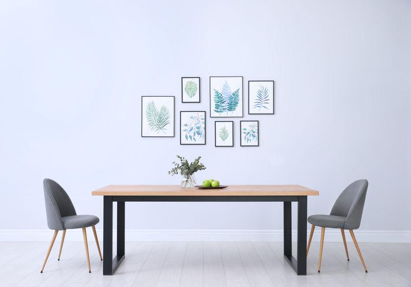 Composizione di cornici a parete nella sala da pranzo