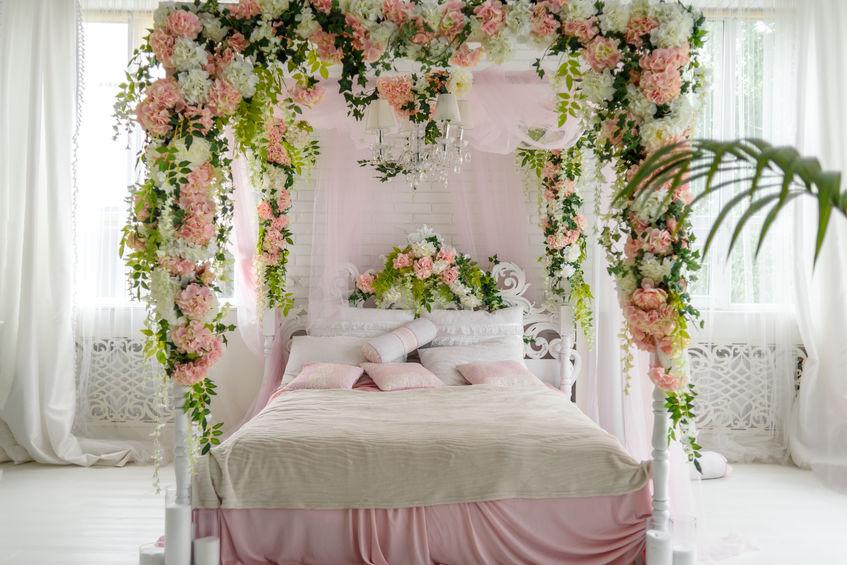 letto a baldacchino con fiori