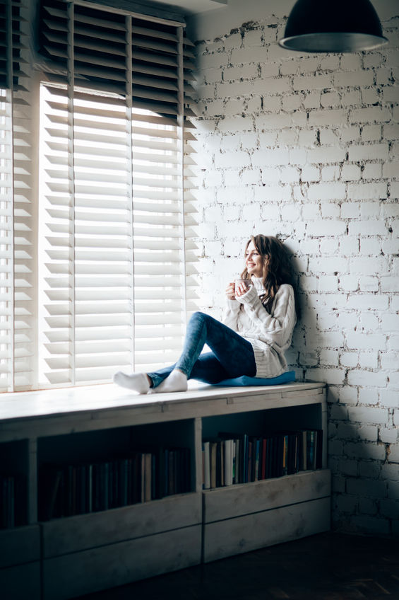 libreria sotto alla finestra