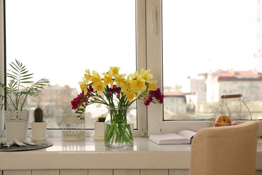 scrivania sotto alla finestra
