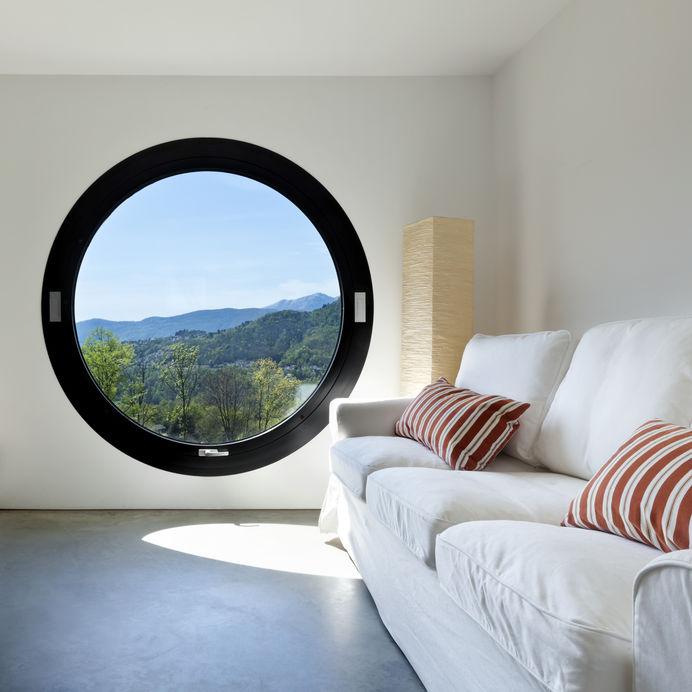 finestra rotonda nera