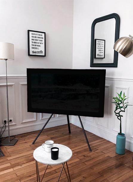 Tv in soggiorno: disposizione particolare con piedistallo a terra