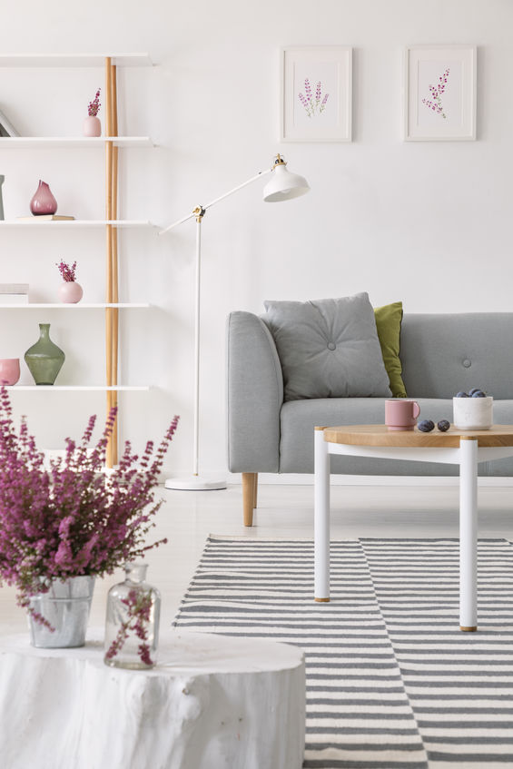 Luminoso parquet bianco in soggiorno
