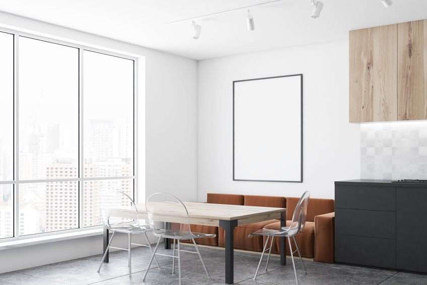 Cucina: comode sedie trasparenti per il tavolo