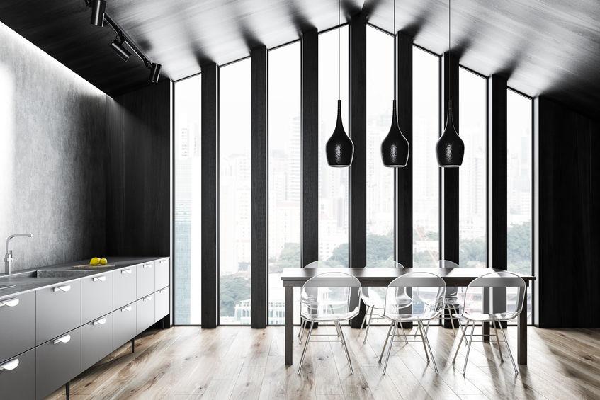 Cucina: sedie trasparenti per il tavolo
