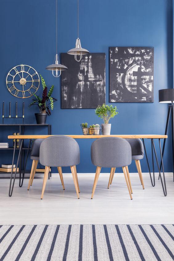 Mix di colori: bianco e blu per la sala da pranzo