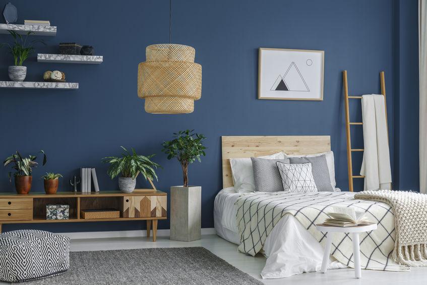 Arredare in bianco e blu: mix elegante in camera da letto