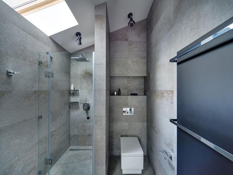 Rivestire il bagno: piastrelle a tutt'altezza