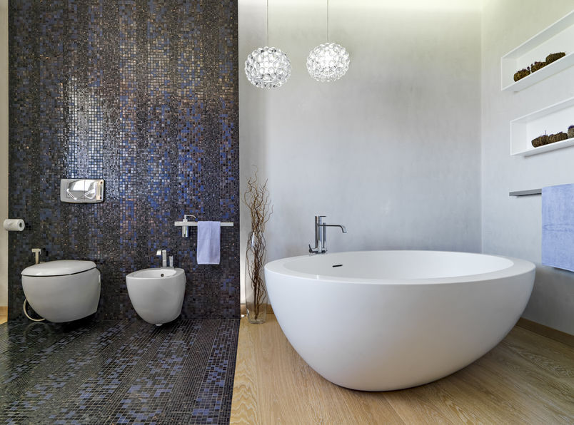 Rivestimento in bagno: piastrelle dietro i sanitari