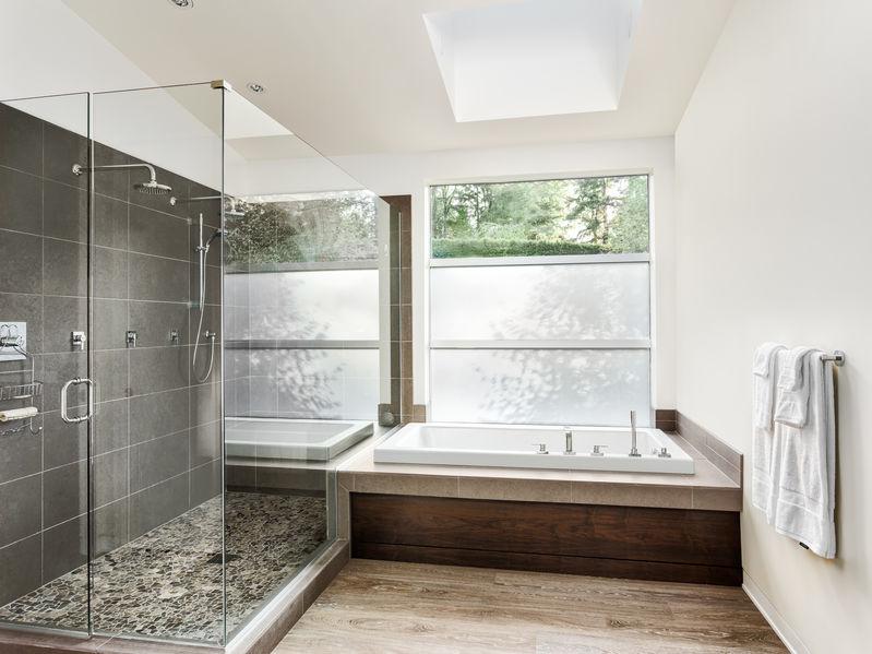 Rivestire il bagno: piastrelle solo nella doccia