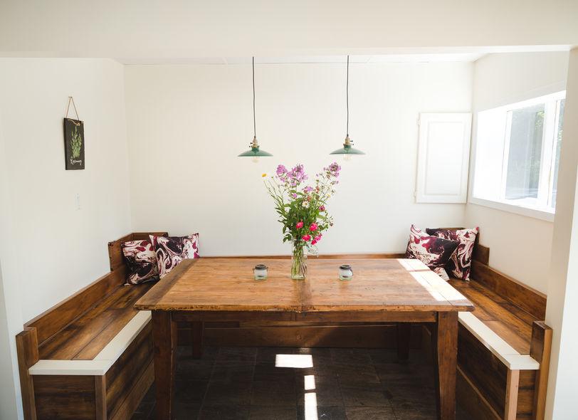 Panca in cucina minimalista in legno tradizionale