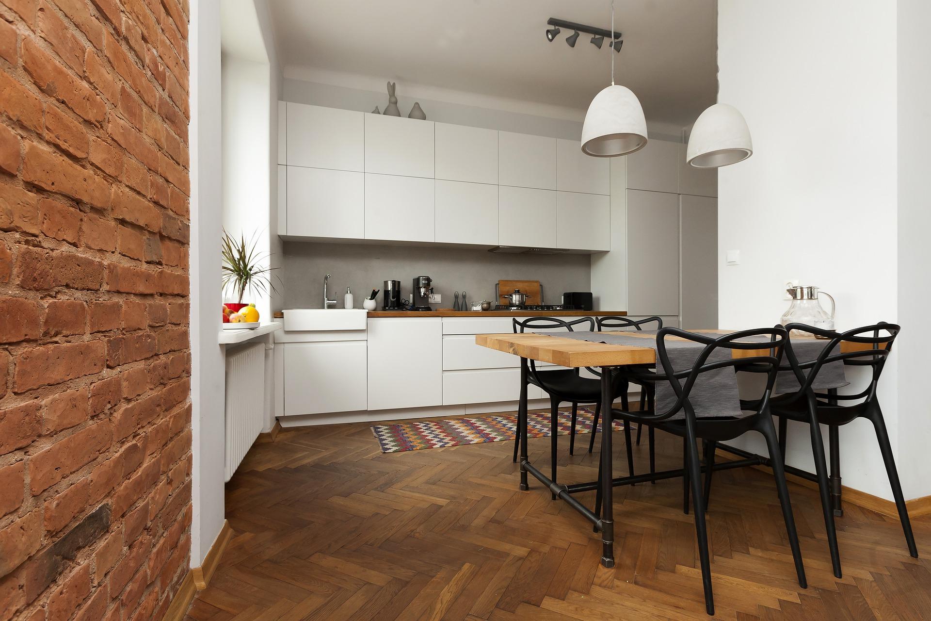 cucina con parete in mattoni