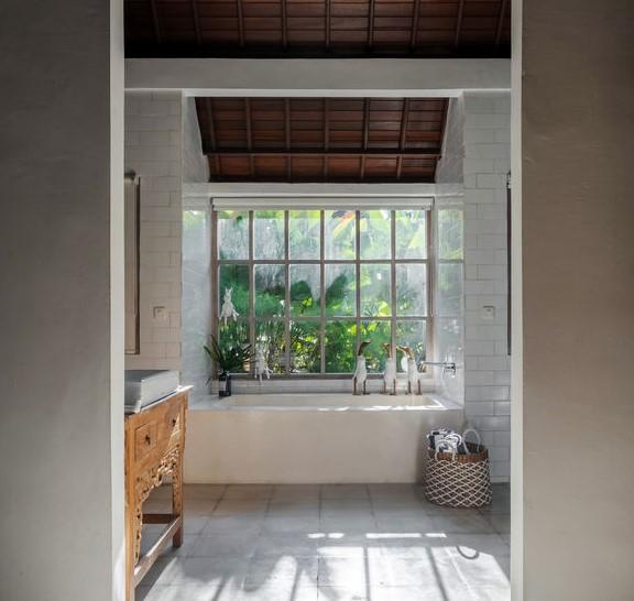 vasca da bagno sotto la finestra
