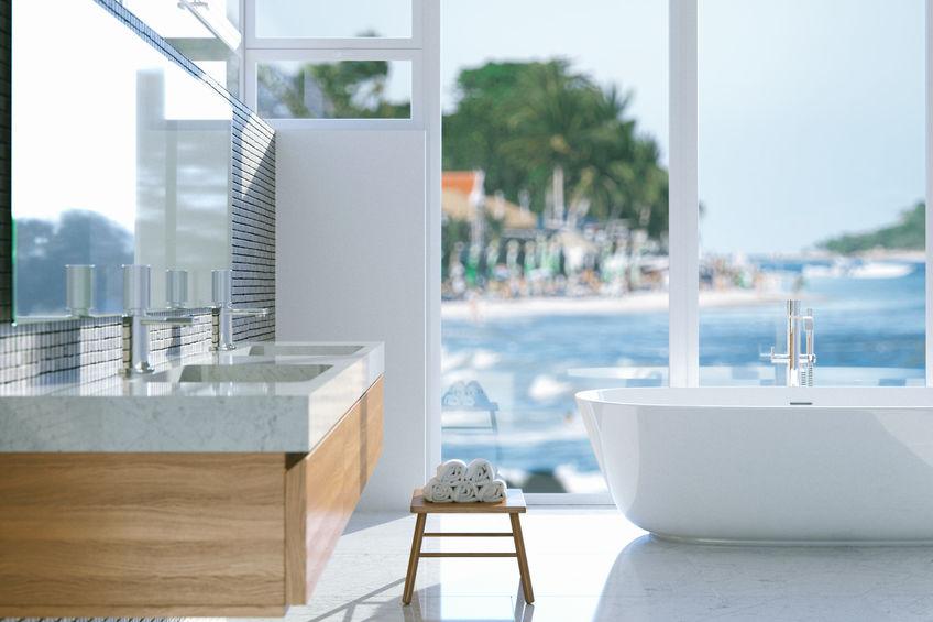 vasca da bagno vicina alla finestra