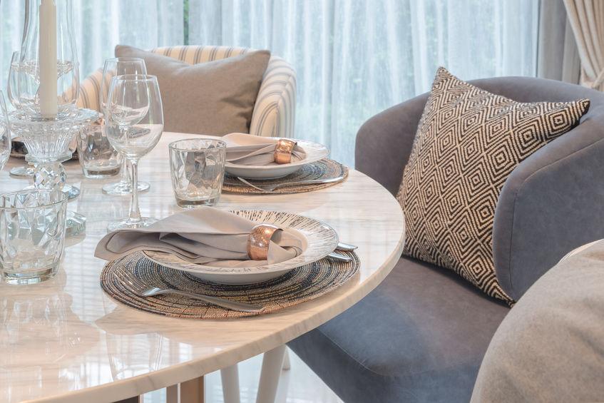 Arredare il living con un tavolo da pranzo rotondo