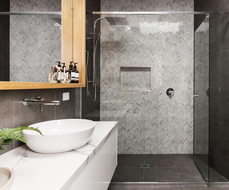 Rivestimento di stile nella doccia in chevron style