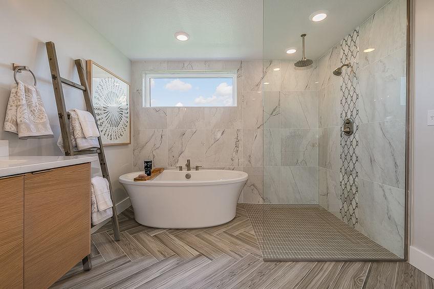 Pavimento in chevron style in bagno