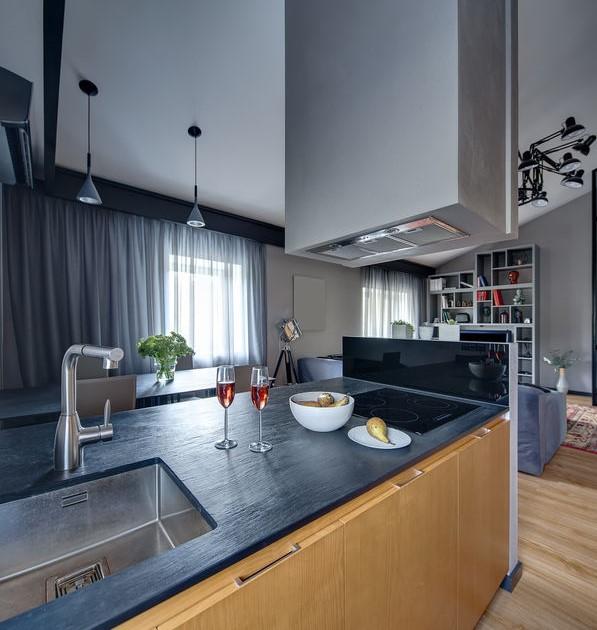 Dividere il soggiorno dalla cucina: cappa a soffitto e muretto