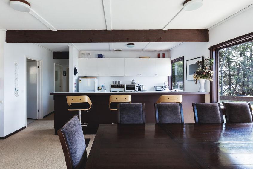 Come dividere il soggiorno dalla cucina: valuta un bancone