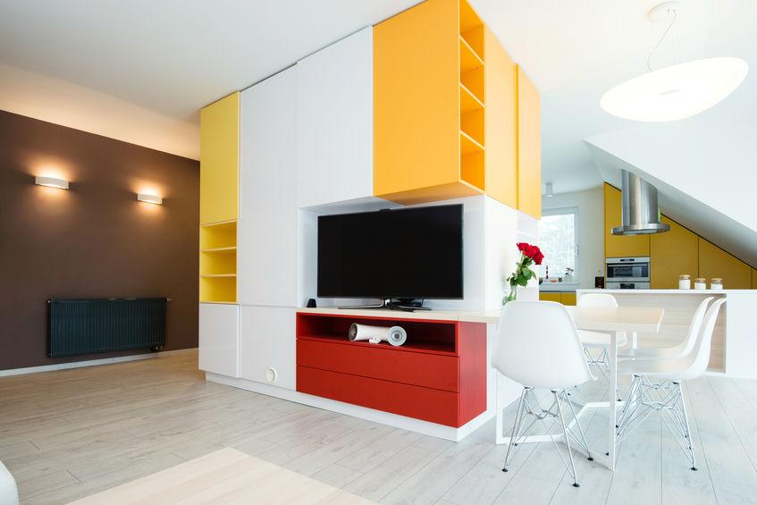 Dividere il soggiorno dalla cucina con mobili attrezzati