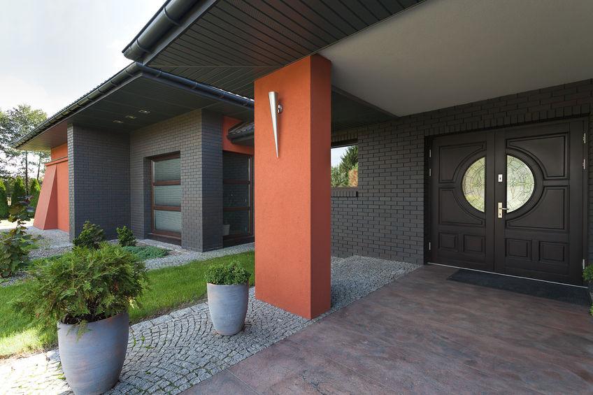 Porta d'ingresso classic style per una villa moderna