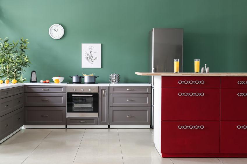 Verde ottanio in cucina: parete chic e di design