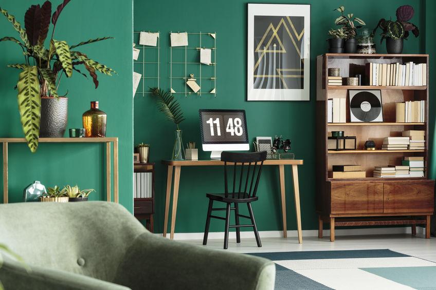 Parete verde ottanio: glamour in soggiorno
