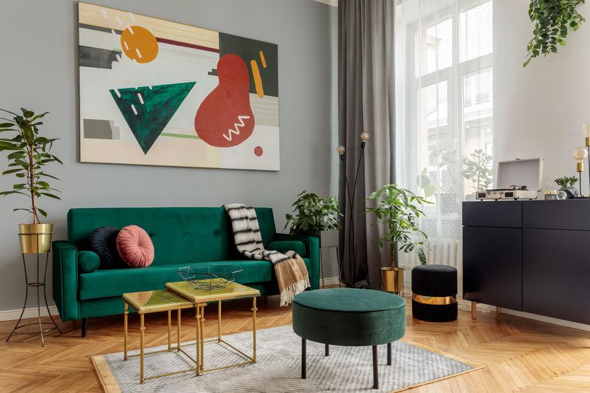 Zona giorno con divano chic in verde ottanio