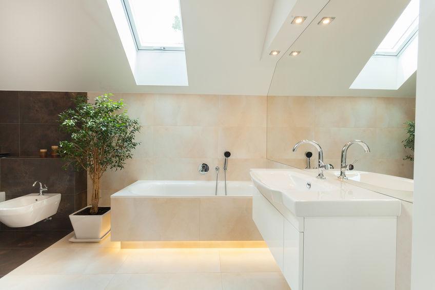Specchio in bagno con faretti incassati