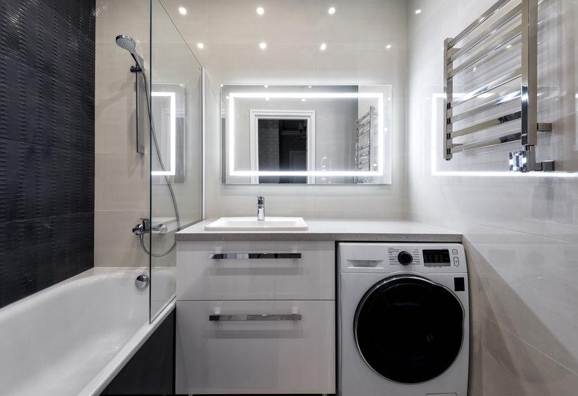 Specchio in bagno e cornici led