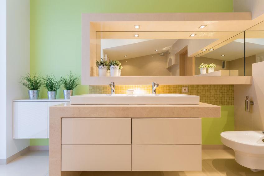 Specchio in bagno con faretti incassati a cornice