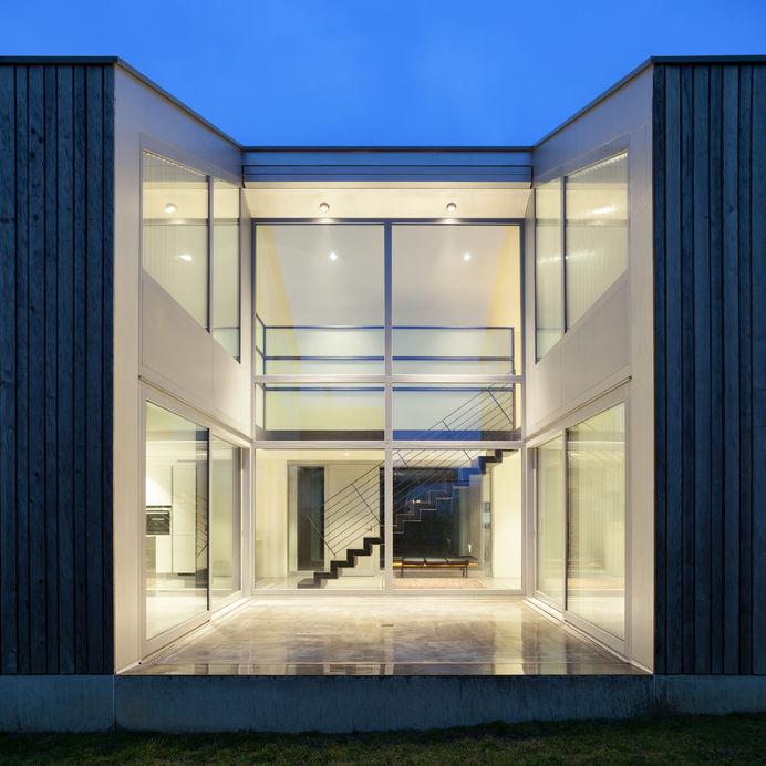 Illuminare la facciata di casa: potenti faretti dall'alto
