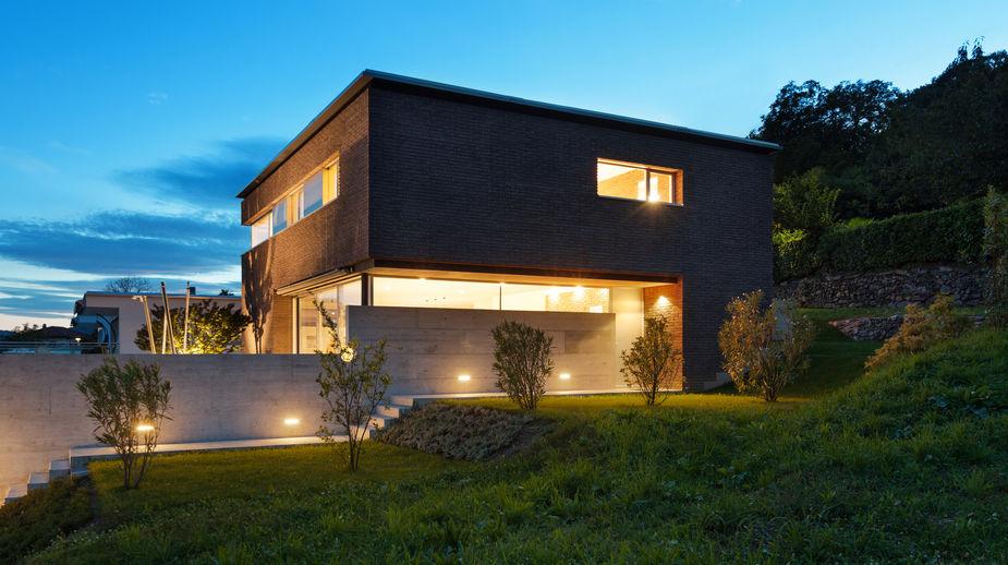 Illuminare la facciata di casa: faretti dall'alto