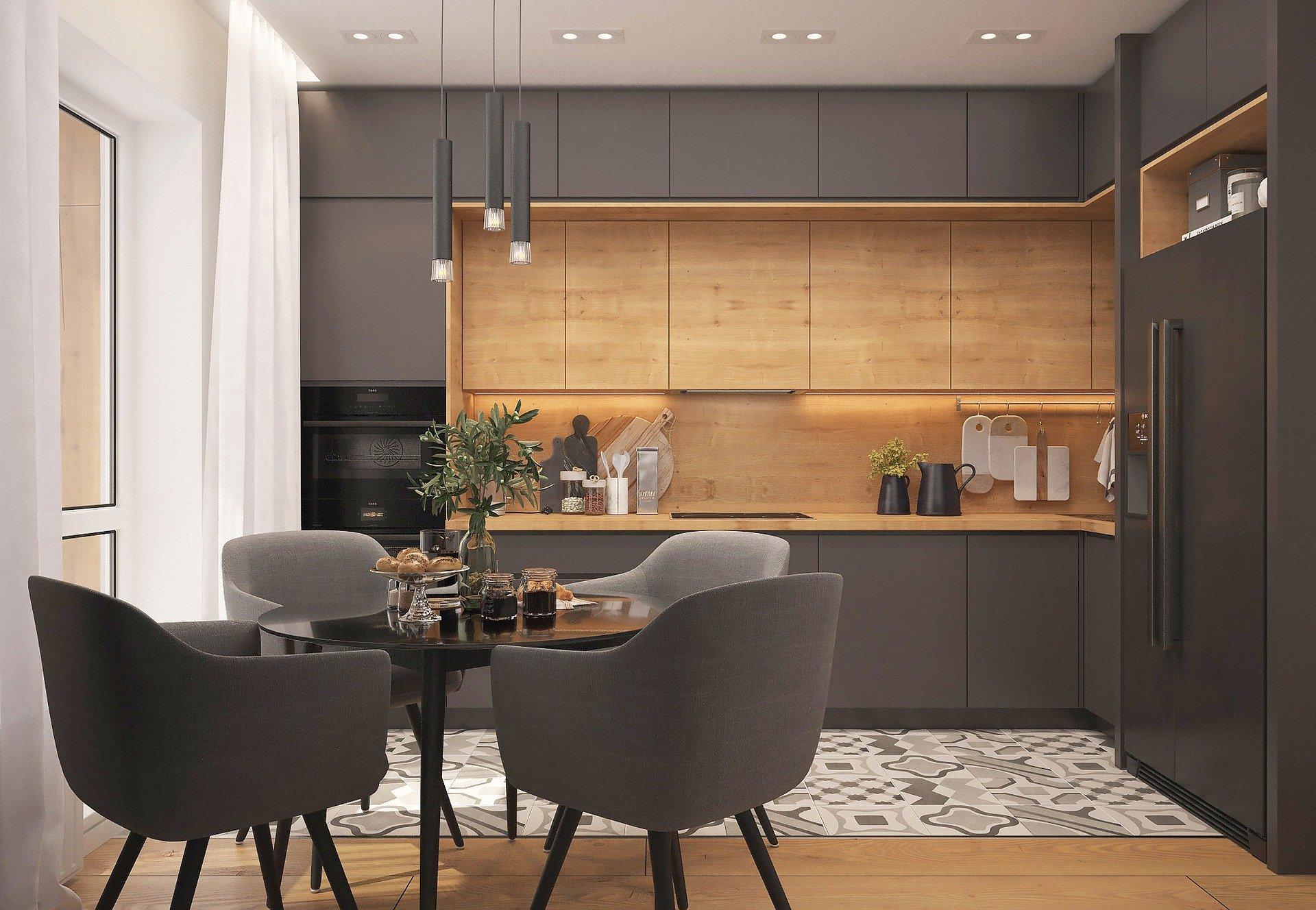Cucina in legno naturale e laccato in grigio