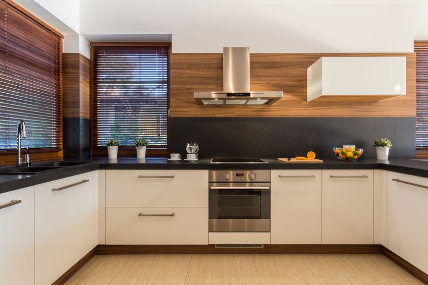 Cucina in laminato lucido bianco, legno e fenix in nero